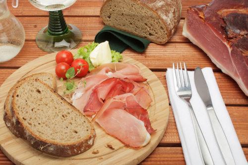 Schwarzwälder Schinken, Brot und Wein